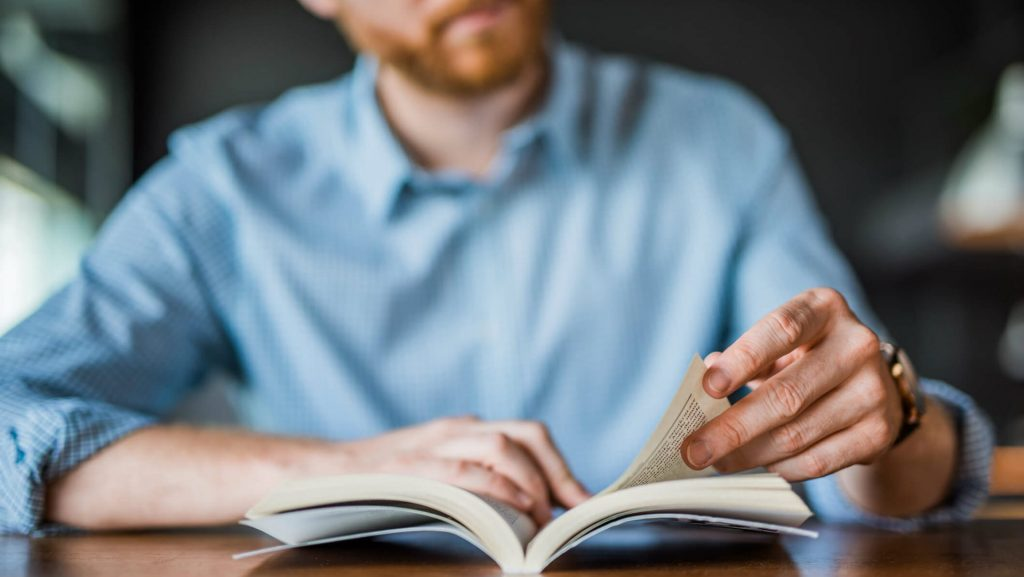 Para ter sucesso com e-commerce é preciso adotar técnicas e estratégias corretas. Especialistas no assunto podem ajudar você a alcançar suas metas e objetivos, então, confira 8 livros de grandes nomes desse ramo.