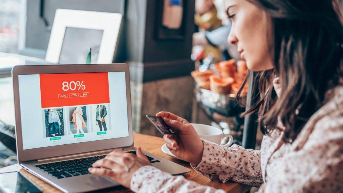 As vendas na internet podem ser feitas por meio do e-commerce ou marketplace. Entenda o que é cada um deles e descubra qual é o melhor para você marcar presença no meio digital.