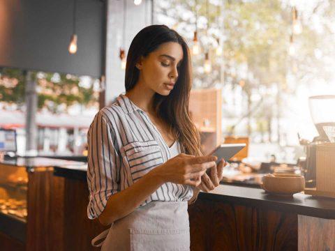 Você sabe quais são os fatores que devem ser considerados ao contratar uma loja virtual para começar a vender online? Não? Que tal, então, tirar todas as suas dúvidas sobre o assunto? Acesse o blog e confira!